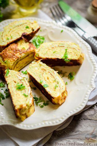 Фото приготовления рецепта: Кабачковый омлет-рулет с сырной начинкой - шаг №14