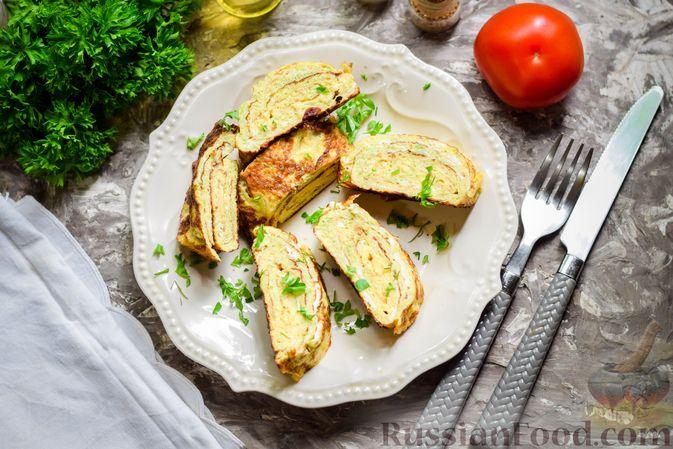 Фото приготовления рецепта: Кабачковый омлет-рулет с сырной начинкой - шаг №13