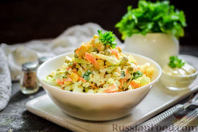 Фото к рецепту: Салат из молодой капусты с морковью, кукурузой и горошком
