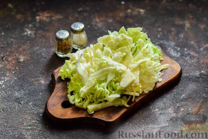 Фото приготовления рецепта: Салат из молодой капусты с морковью, кукурузой и горошком - шаг №2