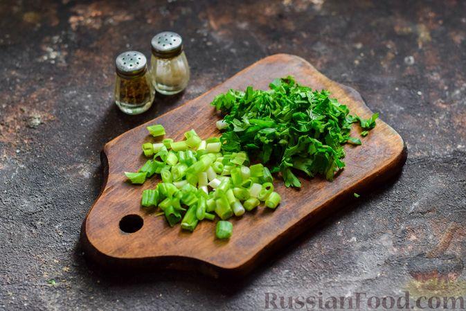 Фото приготовления рецепта: Салат из молодой капусты с морковью, кукурузой и горошком - шаг №4