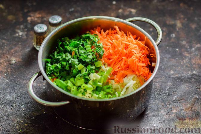Фото приготовления рецепта: Салат из молодой капусты с морковью, кукурузой и горошком - шаг №5