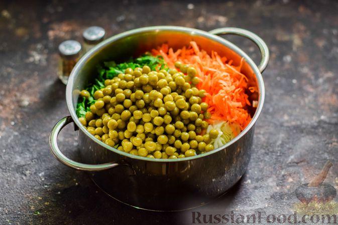 Фото приготовления рецепта: Салат из молодой капусты с морковью, кукурузой и горошком - шаг №6