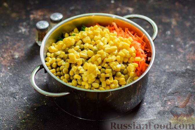 Фото приготовления рецепта: Салат из молодой капусты с морковью, кукурузой и горошком - шаг №7