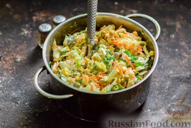 Фото приготовления рецепта: Салат из молодой капусты с морковью, кукурузой и горошком - шаг №9