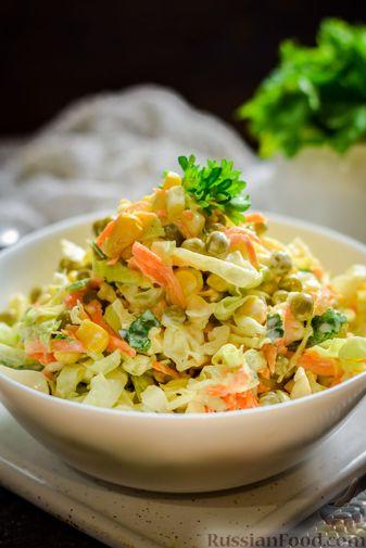 Фото приготовления рецепта: Салат из молодой капусты с морковью, кукурузой и горошком - шаг №11