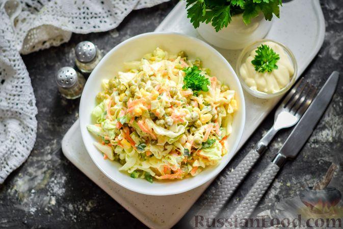 Фото приготовления рецепта: Салат из молодой капусты с морковью, кукурузой и горошком - шаг №10