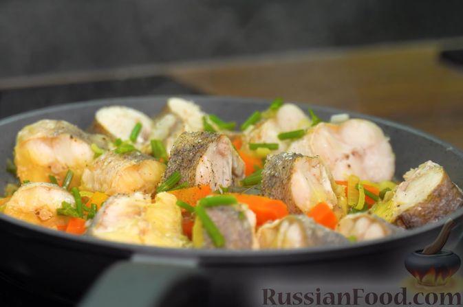 Фото приготовления рецепта: Хек, тушенный с морковью, луком и укропом - шаг №11