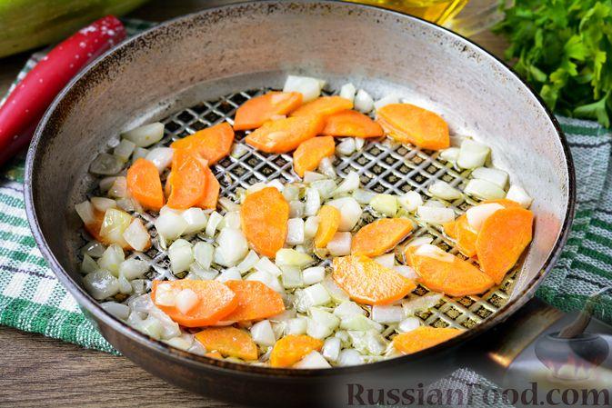 Фото приготовления рецепта: Куриные сердечки, тушенные с кабачками - шаг №3