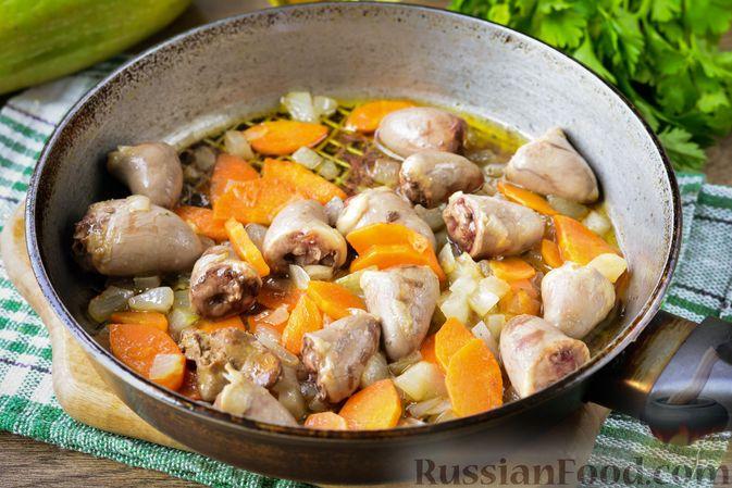 Фото приготовления рецепта: Куриные сердечки, тушенные с кабачками - шаг №5