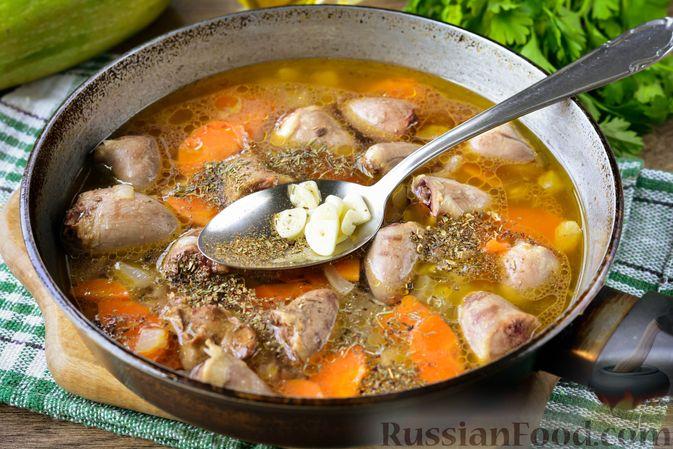 Фото приготовления рецепта: Куриные сердечки, тушенные с кабачками - шаг №6