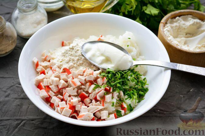 Фото приготовления рецепта: Тефтели из риса и крабовых палочек, запечённые в овощном соусе - шаг №10