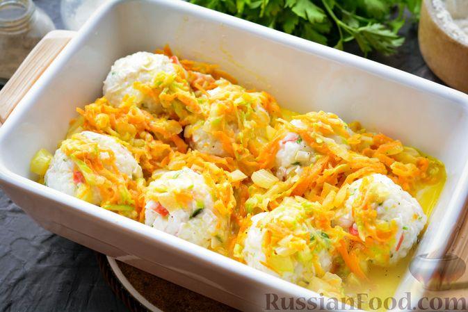 Фото приготовления рецепта: Тефтели из риса и крабовых палочек, запечённые в овощном соусе - шаг №13