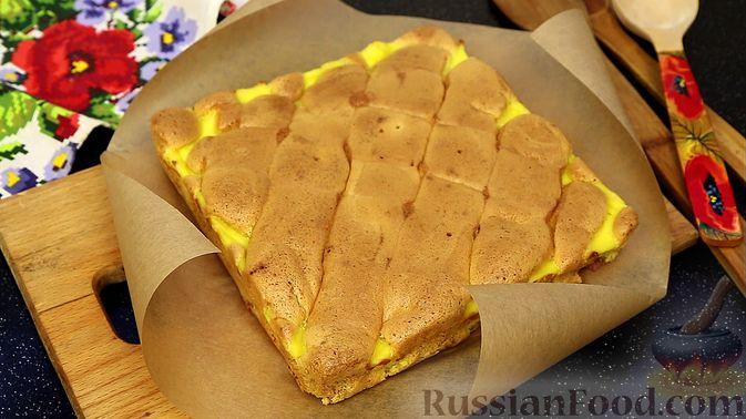 Фото к рецепту: Бисквитный пирог с клубникой и заварным кремом