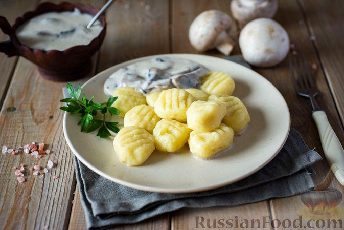 Фото к рецепту: Картофельные ньокки со сливочно-сырным соусом с грибами