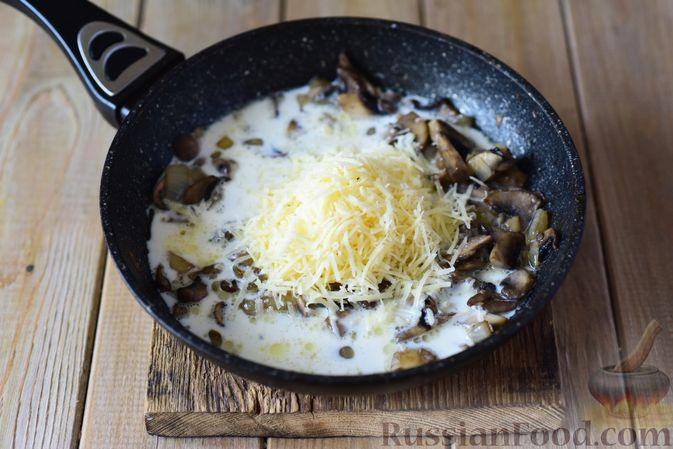 Фото приготовления рецепта: Картофельные ньокки со сливочно-сырным соусом с грибами - шаг №8