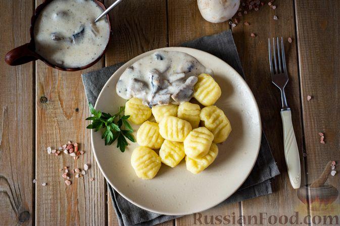 Фото приготовления рецепта: Картофельные ньокки со сливочно-сырным соусом с грибами - шаг №15