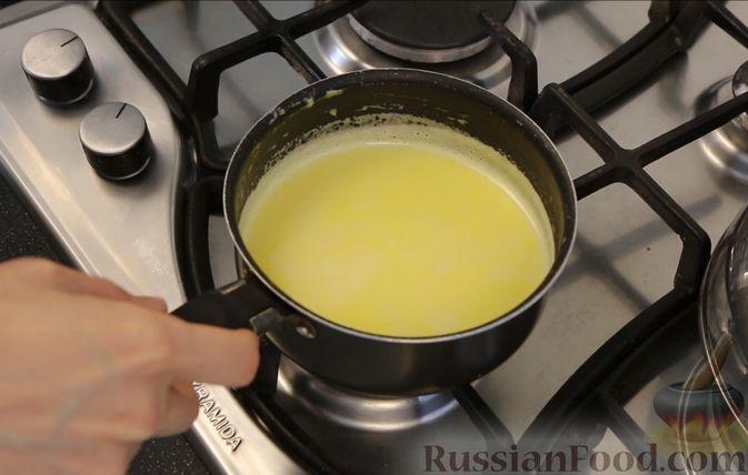 Фото приготовления рецепта: Бисквитный пирог с клубникой и заварным кремом - шаг №5