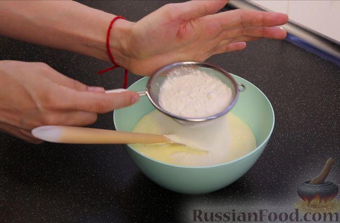 Фото приготовления рецепта: Бисквитный пирог с клубникой и заварным кремом - шаг №15