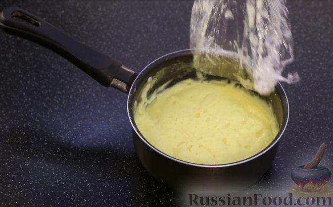 Фото приготовления рецепта: Бисквитный пирог с клубникой и заварным кремом - шаг №21