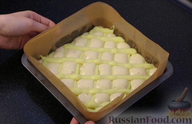 Фото приготовления рецепта: Бисквитный пирог с клубникой и заварным кремом - шаг №23