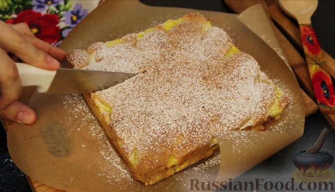 Фото приготовления рецепта: Бисквитный пирог с клубникой и заварным кремом - шаг №27