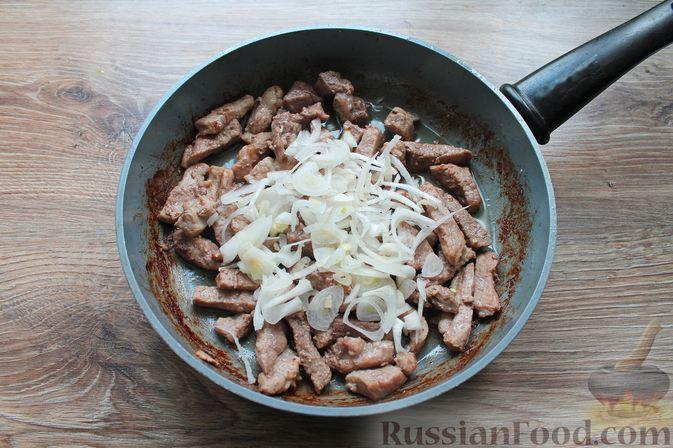 Фото приготовления рецепта: Бефстроганов из свинины в сливочно-томатном соусе - шаг №7