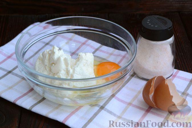 Фото приготовления рецепта: Сырники с овсяными хлопьями - шаг №2