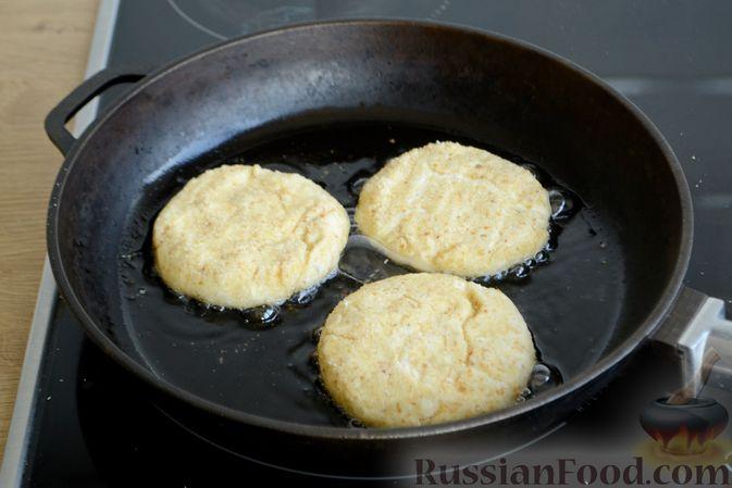 Фото приготовления рецепта: Сырники с овсяными хлопьями - шаг №5