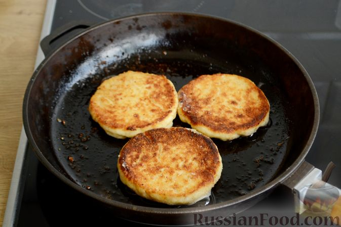 Фото приготовления рецепта: Сырники с овсяными хлопьями - шаг №6