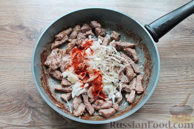 Фото приготовления рецепта: Бефстроганов из свинины в сливочно-томатном соусе - шаг №8