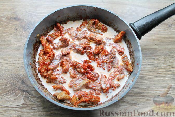 Фото приготовления рецепта: Бефстроганов из свинины в сливочно-томатном соусе - шаг №12