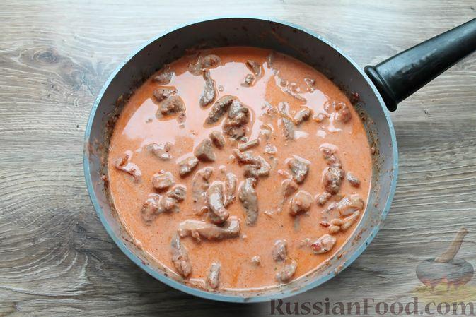 Фото приготовления рецепта: Бефстроганов из свинины в сливочно-томатном соусе - шаг №13
