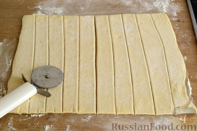 Фото приготовления рецепта: Сосиски в слоёном дрожжевом тесте, с сыром и жареным луком - шаг №6