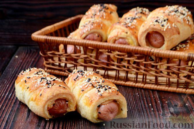 Фото приготовления рецепта: Сосиски в слоёном дрожжевом тесте, с сыром и жареным луком - шаг №15