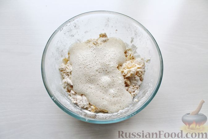Фото приготовления рецепта: Дрожжевые пирожки со щавелем - шаг №7