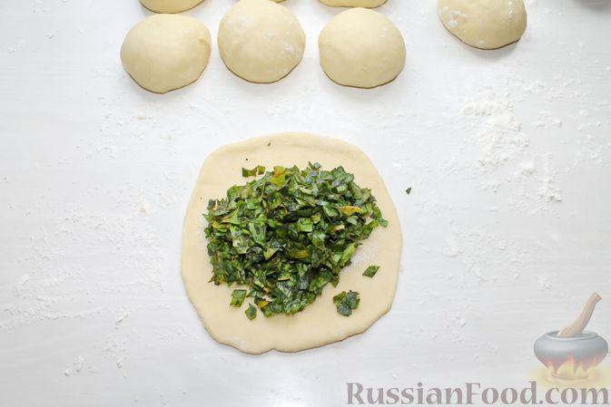 Фото приготовления рецепта: Дрожжевые пирожки со щавелем - шаг №23