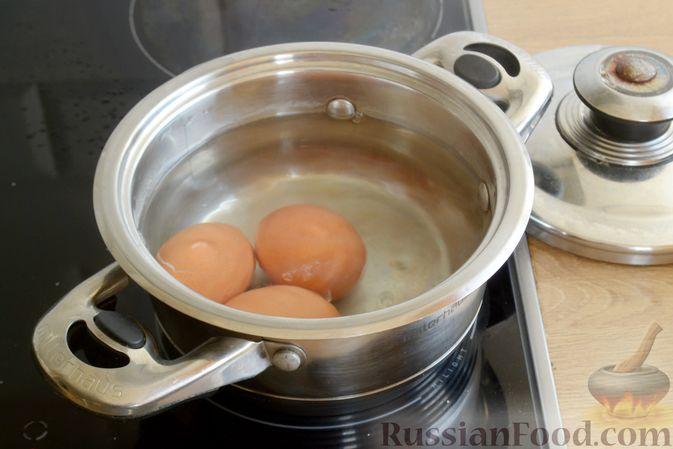 Фото приготовления рецепта: Слоёный салат с ананасами, кукурузой и ветчиной - шаг №2