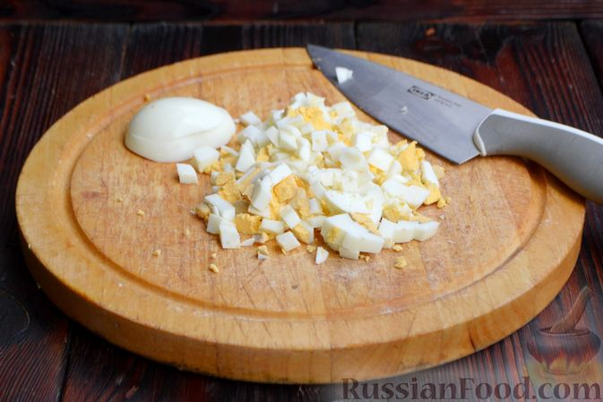 Фото приготовления рецепта: Слоёный салат с ананасами, кукурузой и ветчиной - шаг №3