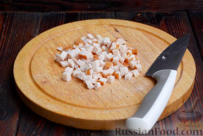 Фото приготовления рецепта: Слоёный салат с ананасами, кукурузой и ветчиной - шаг №4