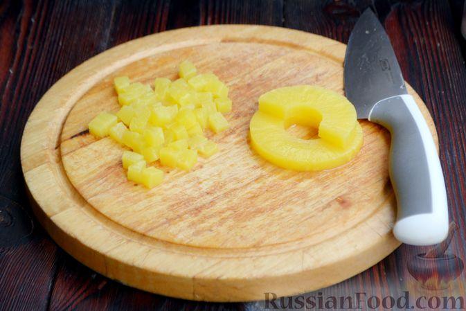 Фото приготовления рецепта: Слоёный салат с ананасами, кукурузой и ветчиной - шаг №5