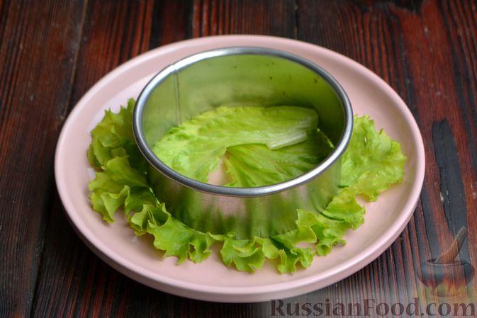 Фото приготовления рецепта: Слоёный салат с ананасами, кукурузой и ветчиной - шаг №6
