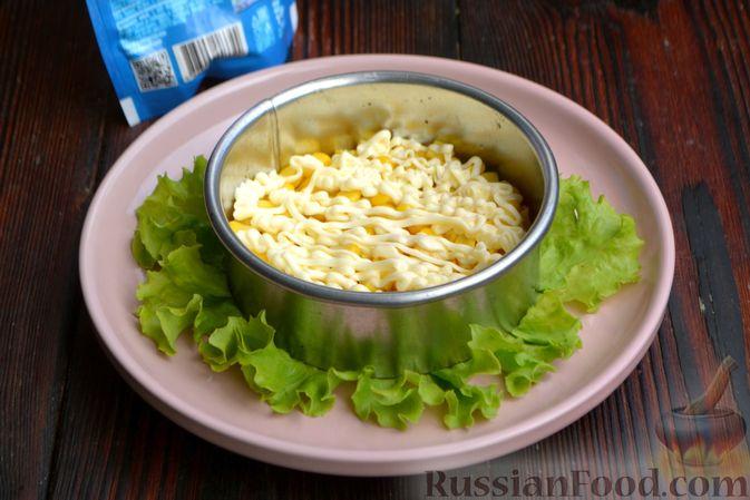 Фото приготовления рецепта: Слоёный салат с ананасами, кукурузой и ветчиной - шаг №8