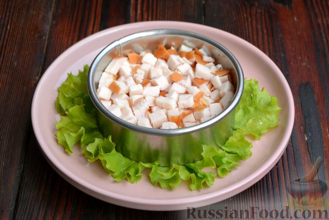 Фото приготовления рецепта: Слоёный салат с ананасами, кукурузой и ветчиной - шаг №9