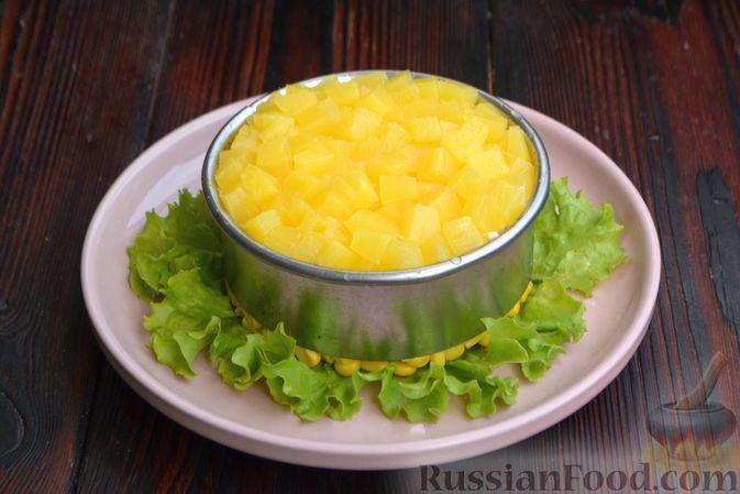Фото приготовления рецепта: Слоёный салат с ананасами, кукурузой и ветчиной - шаг №11