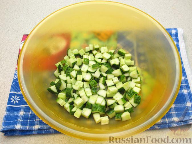 Фото приготовления рецепта: Салат из огурцов и помидоров, с мятой и лаймом - шаг №6