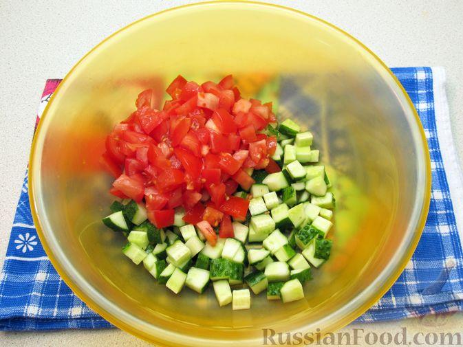 Фото приготовления рецепта: Салат из огурцов и помидоров, с мятой и лаймом - шаг №7