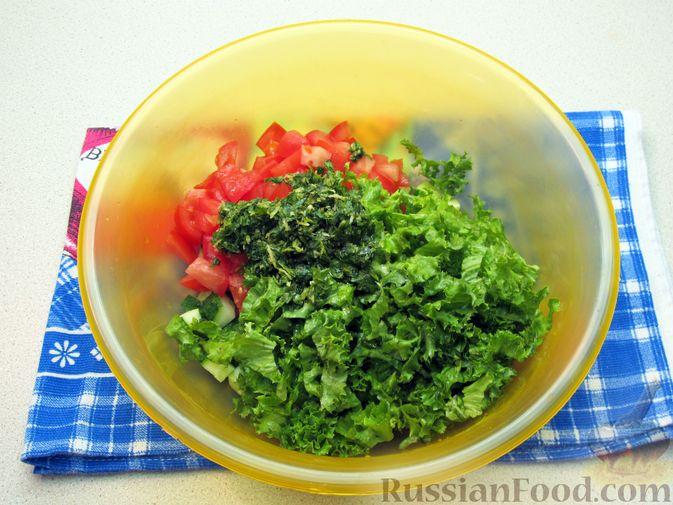 Фото приготовления рецепта: Салат из огурцов и помидоров, с мятой и лаймом - шаг №9