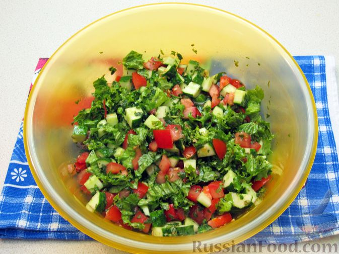 Фото приготовления рецепта: Салат из огурцов и помидоров, с мятой и лаймом - шаг №10