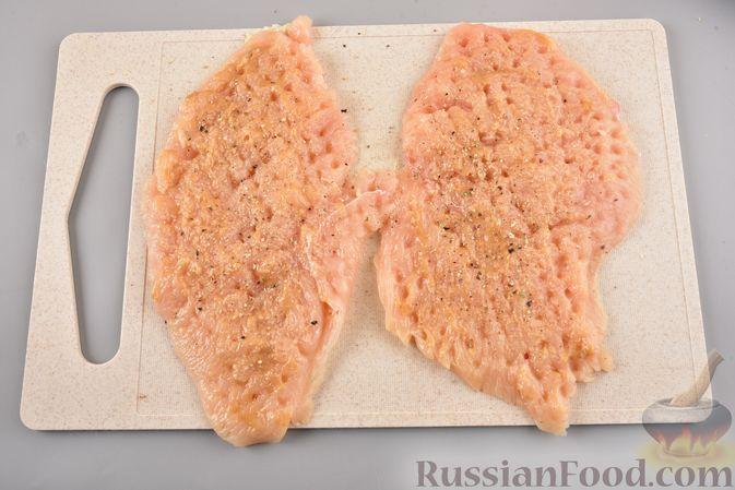 Фото приготовления рецепта: Куриные рулетики с ананасом и сыром (в духовке) - шаг №3